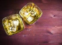 Vetri di whiskey con ghiaccio sulla tavola di legno Immagine Stock