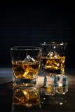 Vetri di whiskey con i cubetti di ghiaccio Immagini Stock
