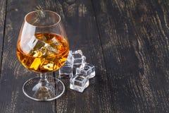 Vetri di whiskey su fondo di legno Fotografia Stock Libera da Diritti