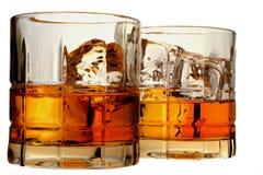 Vetri di whisky e di ghiaccio isolati Fotografie Stock