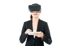 Vetri digitali di controllo VR della compressa di affari di uso asiatico della donna fotografia stock libera da diritti