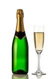 Vetri e bottiglia di champagne isolati su un fondo bianco Fotografie Stock Libere da Diritti