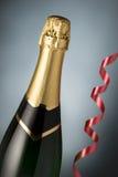Vetri e bottiglia di champagne, tortuosi Immagine Stock