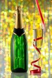 Vetri e bottiglia di champagne, tortuosi Fotografie Stock Libere da Diritti