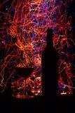 Vetri e bottiglia di vino su fondo e sulle tracce neri Immagine Stock Libera da Diritti