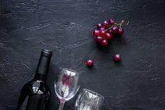Vetri e bottiglia di vino sul copyspace di pietra nero di vista superiore del fondo della tavola Fotografia Stock Libera da Diritti