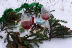 Vetri e bottiglie di vino rosso e bianco su legno, anno fotografie stock