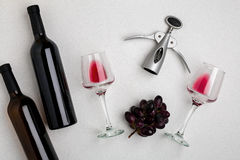Vetri e bottiglie di vino rosso e bianco su fondo bianco dalla vista superiore Fotografia Stock Libera da Diritti