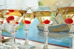 Vetri e ciliege di Martini sul partito di festa fotografia stock libera da diritti