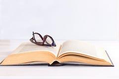 Vetri e libro Immagini Stock Libere da Diritti