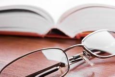 Vetri e libro aperto Immagini Stock Libere da Diritti