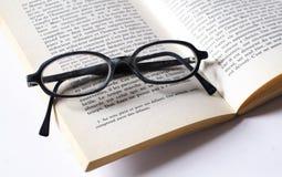 Vetri e libro di lettura Fotografia Stock Libera da Diritti