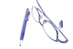 Vetri e penna blu Immagini Stock