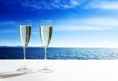 Vetri ed oceano del champagne Fotografie Stock