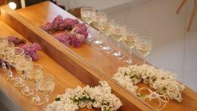 Vetri eleganti con champagne che sta in una fila stock footage
