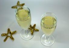 Vetri frizzanti del champagne di Natale con champagne Immagini Stock