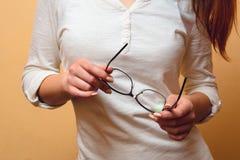 Vetri in mani femminili Fotografia Stock Libera da Diritti