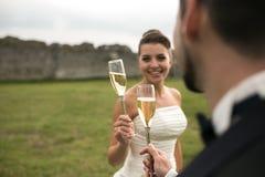 Vetri nuziali del tintinnio delle coppie di champagne Fotografie Stock Libere da Diritti