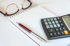 Vetri, penna, calcolatore e blocco note Fotografia Stock Libera da Diritti