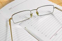 Vetri, penna e taccuino Fotografia Stock Libera da Diritti