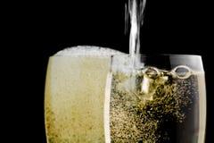 Vetri pieni di champagne e di uno che sono riempiti Fotografia Stock