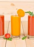 Vetri in pieno del succo fresco della carota e di pomodoro Fotografia Stock Libera da Diritti