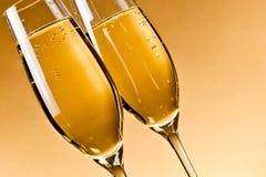 Vetri riempiti di champagne immagine stock