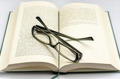 Vetri sopra il libro Immagini Stock Libere da Diritti