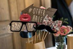 Vetri stabiliti del retro partito, cappelli, labbra, baffi, immagini divertenti di nozze del partito della cabina della foto di p fotografie stock libere da diritti