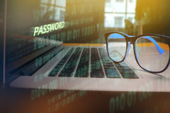 Vetri sul computer portatile, parola d'ordine rubante criminale cyber del pirata informatico Fotografia Stock