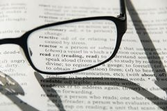 Vetri sul dizionario, particolare immagine stock libera da diritti