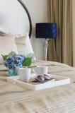 Vetri sul libro nero con la tazza di caffè in vassoio di legno Fotografia Stock Libera da Diritti