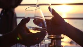 Vetri tintinnanti con vino bianco al tramonto HD, 1920x1080 Movimento lento video d archivio