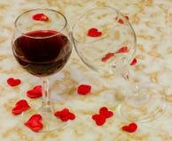 Vetri trasparenti con vino rosso ed i cuori rossi del biglietto di S. Valentino del tessuto, vecchio fondo di carta, fine su Fotografia Stock Libera da Diritti