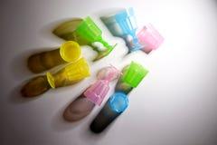Vetri variopinti della plastica dei bambini immagine stock