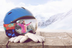 Vetri variopinti dello sci e guanti di inverno, concetto degli sport invernali fotografia stock libera da diritti