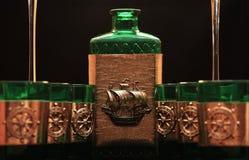 Vetri verdi e bottiglia Immagine Stock