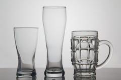 Vetri vuoti di birra su fondo bianco Fotografia Stock Libera da Diritti