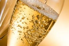 Vetri vuoti di champagne e di uno che sono riempiti fotografia stock