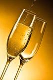 Vetri vuoti di champagne e di uno che sono riempiti immagini stock libere da diritti