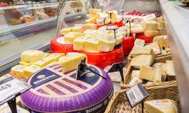 Vetrina con formaggio pronto alla vendita in negozio di alimentari Fotografie Stock Libere da Diritti