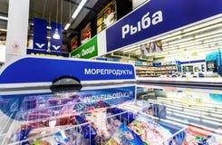 Vetrina con frutti di mare congelati Testo nel Russo: Pesce, frutti di mare fotografia stock
