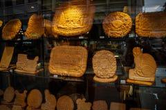 Vetrina con i biscotti fatti a mano nelle forme differenti: volpe, gatto, casa fotografie stock