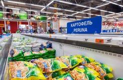 Vetrina con le verdure congelate nell'ipermercato Karusel Uno di Immagine Stock