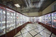 Vetrina con monili costosi nel salone dei monili Immagini Stock Libere da Diritti