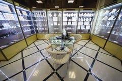 Vetrina con monili costosi nel salone dei monili Fotografia Stock