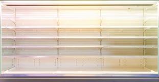 Vetrina del negozio con gli scaffali vuoti Fotografia Stock