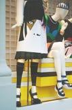 Vetrina di modo del boutique con gambe e scarpe del vestito di Immagini Stock