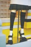 Vetrina di modo del boutique con gambe e scarpe del vestito di Fotografie Stock Libere da Diritti
