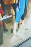 Vetrina di modo del boutique con gambe e scarpe del vestito di Fotografia Stock
